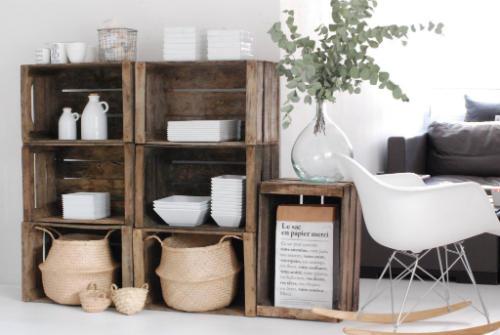 Des caisses en bois transformées en étagères